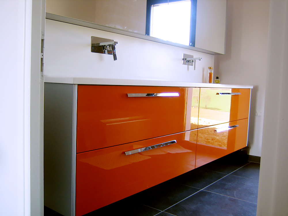 Meuble salle de bain italienne orange for Carrelage salle de bain orange